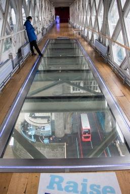 De glazen vloer boven de weg en de Thames