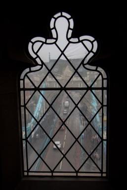 Doorkijkje van uit een van de pijlers van de brug