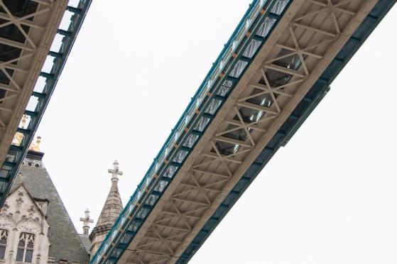 Tower Bridge vanaf onder, waar je de glazen vloeren goed kunt zien.