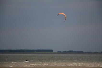 Kitesurfer bij Baarland