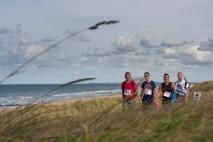 Deelnemers door de duinen