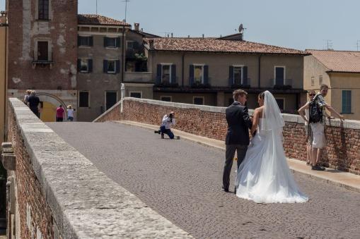 Verona, bruidspaar op de Ponte Pietro