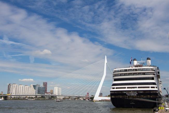 Ms Rotterdam en de Erasmusbrug