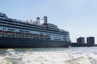 """De Holland-America lijn """"de Rotterdam"""" bij vertrek"""