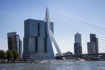 """Erasmusbrug met het gebouw """"De Rotterdam"""""""