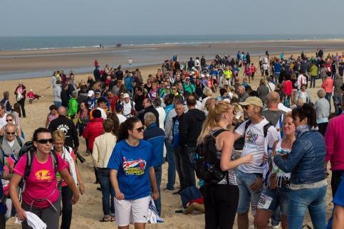 Wandelaars op het strand, zover je kunt kijken