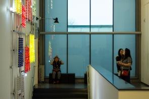 Jong en oud bezoeken het museum