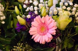 Roze bloemen in de stukken van de kinderen