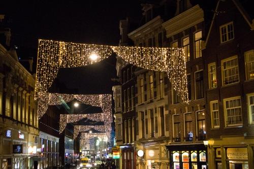 De mooi verlichte Amstelstraat