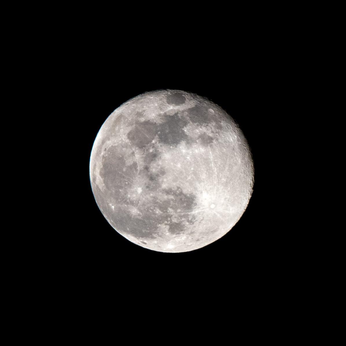 20 februari 2019, de 1e dag na volle maan, afnemende maan. Zie de kraters rechtboven prachtig in beeld! tijdstip opname 21.14 uur. 08.30 Maanopkomst 19.15 uur Maanondergang 08.30 uur (Maan 2)