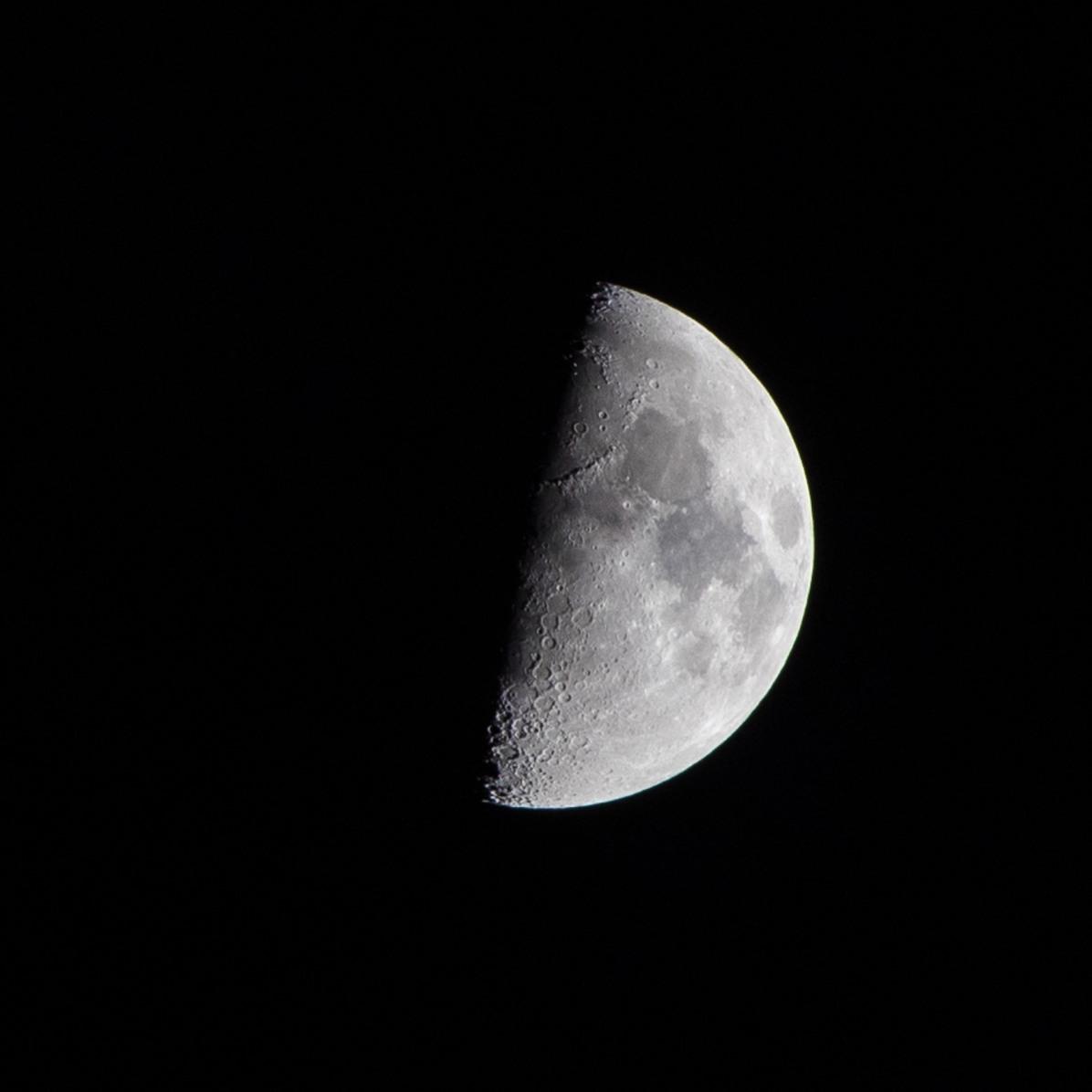 Eerste kwartier, dag 24 vanaf volle maan. 14-03-2019 Tijdstip 19.42 Maanopkomst 10.50 Maanondergang 02.14 (Maan 24)