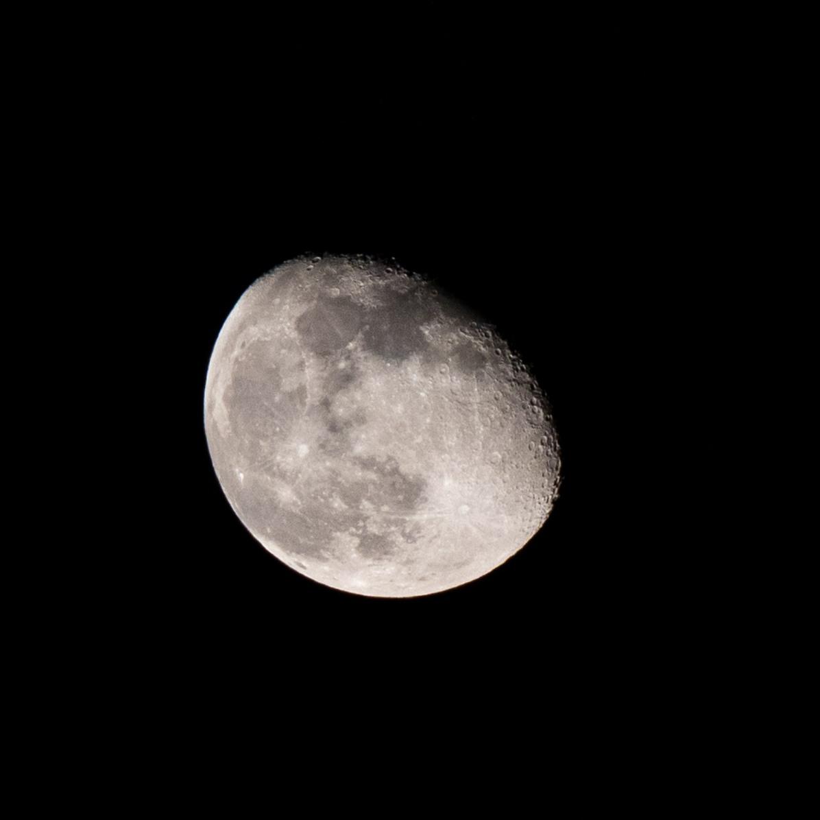 Dag 4 vanaf volle maan. De maan vanavond 22 februari. Gisteren is het me niet gelukt, maar vandaag liet de maan zich weer zien. tijdstip opname 23.22 uur. Maanopkomst 22.02 uur Maanondergang 09.21 uur (Maan 4)